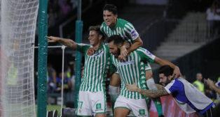 Joaquín, Bartra y Borja Iglesias celebran el 3-1 en el Betis-Levante (Foto: Raúl Doblado).