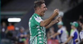 Joaquín celebra uno de los goles del Betis ante el Levante (Foto: Raúl Doblado).