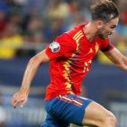 Fabián conduce el balón en el Rumania-España (Foto: EFE)
