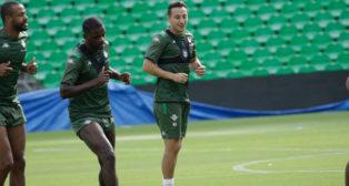 Guardado se ejercita junto a Sidnei y William Carvalho en el Benito Villamarín (Foto: Juan Flores).