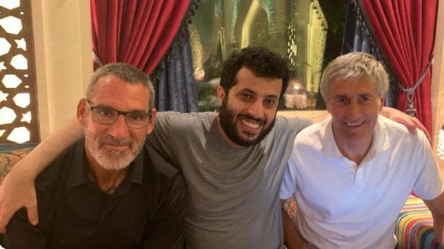 Jon Pascua, el jeque Alalshikh y Quique Setién, en Riad
