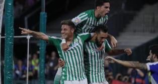 Joaquín celebra con Bartra y Borja Iglesias el 3-1 en el Betis-Levante (Foto: Raúl Doblado)