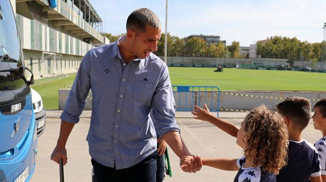 Joel Robles saluda a unos pequeños canteranos del Betis en la ciudad deportiva antes de salir de viaje (Foto: Real Betis).
