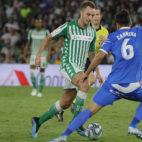 Loren conduce el balón ante Cabrera en el Betis-Getafe (Foto: Raúl Doblado)