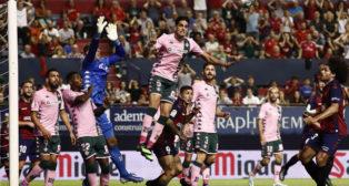 Bartra despeja un balón en el Osasuna-Betis (Foto: EFE)