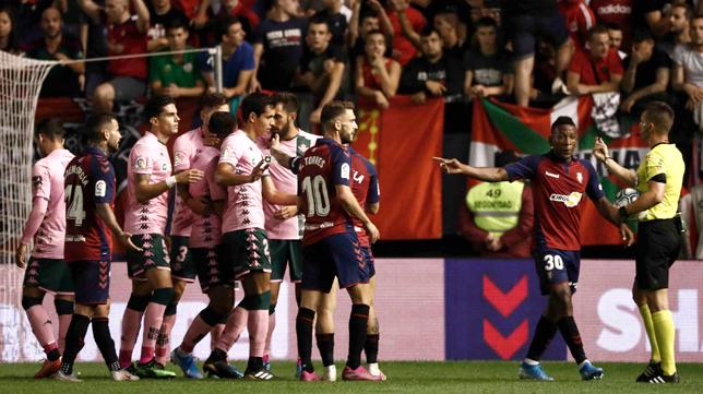 Los jugadores del Betis y del Osasuna se dirigen al árbitro (Foto: EFE)