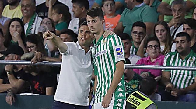 Raúl escucha las instrucciones de Rubi antes de debutar en Primera división en el Betis-Levante (Foto: Raúl Doblado)