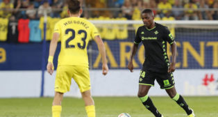 William Carvalho encara a Moi Gómez durante el Villarreal-Betis (Foto: EFE).