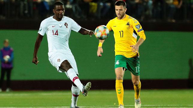 William Carvalho lanza el balón ante Kuklys en el Lituania-Portugal (Foto: EFE).