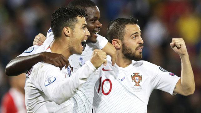 William Carvalho, felicitado por Cristiano Ronaldo y Bernardo Silva tras su gol con Portugal ante Serbia (Foto: EFE).