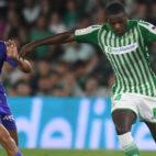 William Carvalho conduce el balón ante la presión del jugador del Leganés Braithwaite (Foto: J. J. Úbeda)