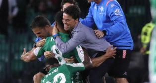 Rubi abraza a Fekir en presencia de su cuerpo técnico y Emerson tras marcar el 2-1 al Celta (Foto: J. M. Serrano/ABC)