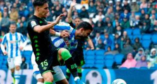 Álex Moreno pelea un balón con William José, durante el Real Sociedad - Real Betis (Foto: EFE)