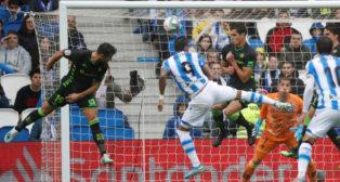 Barragán y Mandi saltan ante Willian José en la acción del 1-1 durante el Real Sociedad-Real Betis (Foto: EFE).