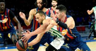 El alero estadounidense del Coosur Real Betis Demetrius Conger (c) disputa un balón con Pierriá Henry (i) y Luca Vildoza, escolta estadounidense y base argentino del Saski Baskonia (EFE)