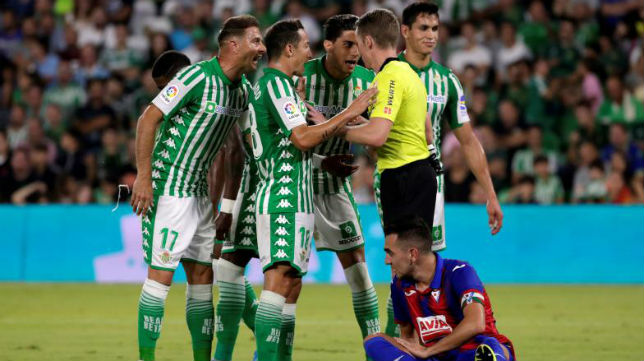 Los jugadores del Betis le protestan a Hernández Hernández durante el partido ante el Eibar de LaLiga 19-20