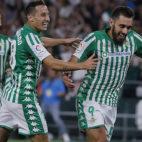 Guardado felicita a Borja Iglesias tras el gol conseguido en el Betis-Levante (Foto: ABC)