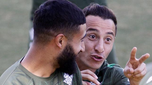 Fekir y Guardado, bromeando en el entrenamiento del Betis (Foto: Manuel Gómez).