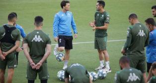 Rubi dialoga con Juanmi antes del entrenamiento del Betis (Foto: Raúl Doblado).