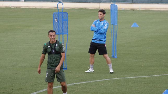 Rubi observa el entrenamiento junto a Andrés Guardado (Foto: Raúl Doblado).