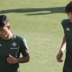 Ismael y Edgar, durante un entrenamiento con el primer equipo del Betis (Foto: Raúl Doblado).