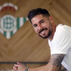 Javi García posa con un escudo del Betis en la ciudad deportiva (Foto: Manuel Gómez).