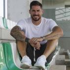 Javi García posa en las gradas de la ciudad deportiva del Betis (Foto: Manuel Gómez).
