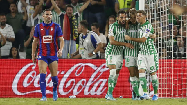Borja Iglesias y Joaquín abrazan a Loren tras marcar (Foto: LaLiga)
