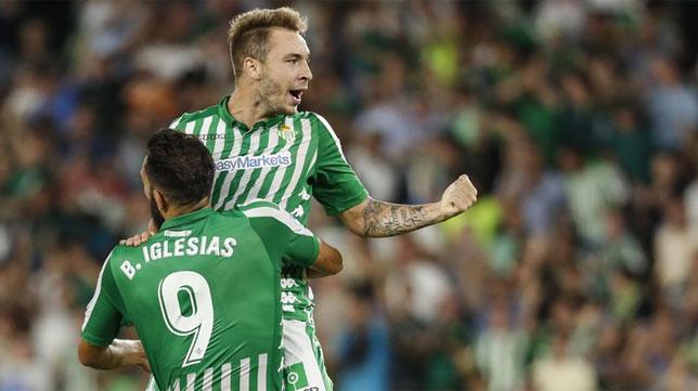 Borja Iglesias celebra con Loren uno de sus goles de esta temporada en el Betis (Foto: LaLiga).