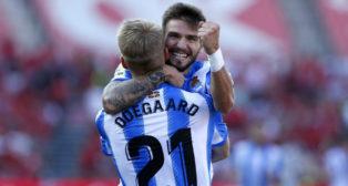 Portu celebra un gol con la Real junto a Odegaard