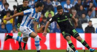 Fekir encara a Mikel Merino durante el Real Sociedad-Real Betis (Foto: EFE).