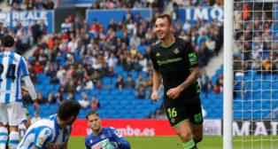 Loren corre a celebrar el 0-1 durante el Real Sociedad-Real Betis (Foto: EFE).