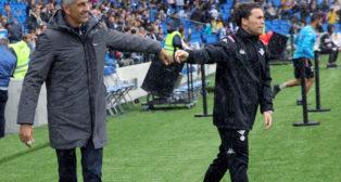 El técnico del Betis, Rubi, a la derecha, saluda al entrenador de la Real Sociedad, Imanol (Foto: EFE)