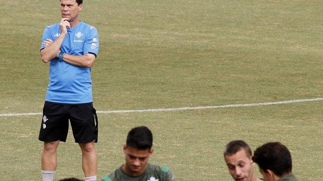 El técnico del Betis, Rubi, observa a sus jugadores durante un entrenamiento (Foto: Manuel Gómez)