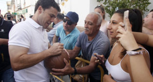 Rubi firma un balón a un aficionado (Foto: Manuel Gómez).