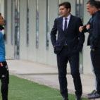 Rubi dialoga con Haro, López Catalán y Alexis antes del entrenamiento (Foto: Real Betis).