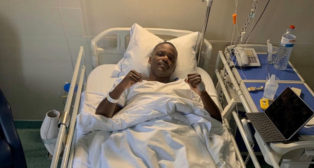 William Carvalho, tras ser operado de su lesión lumbar en Lisboa.
