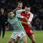 Álex Moreno pelea un balón en el derbi (Foto: LaLiga)
