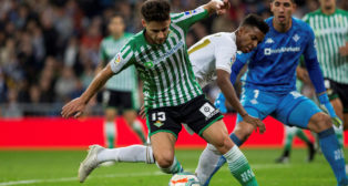 Álex Moreno juega el balón en el Real Madrid - Betis (EFE)