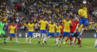 Danilo despeja de cabeza en el amistoso jugado entre Brasil y Corea del Sur (Foto: EFE)