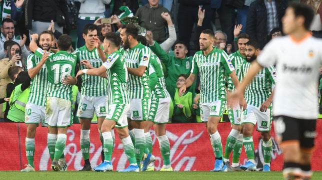 Los jugadores del Betis felicitan a Sergio Canales tras su gol ante el Valencia en el minuto 93 (Foto: Juan José Úbeda).