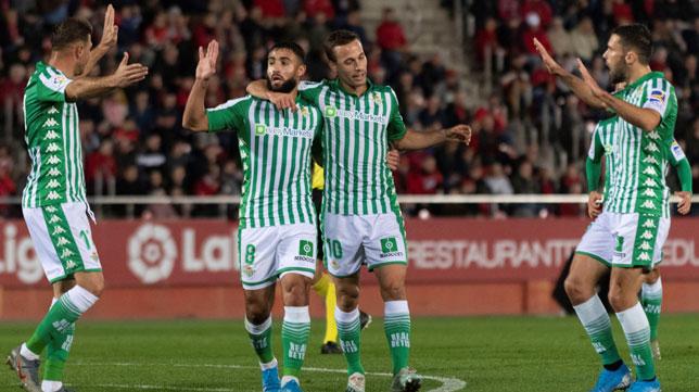 Fekir celebra con Joaquín, Canales y Pedraza el 0-2 del Real Betis ante el Mallorca (Foto: EFE).