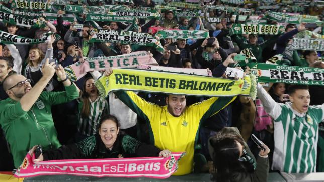 La afición del Betis anima en el derbi ante el Sevilla en el Villamarín (EFE)