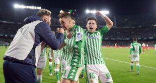 Loren y Álex Moreno celebran el primer gol del Betis en el derbi (Foto: AFP)
