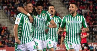 Bartra felicita a Joaquín tras marcar el 0-1 de penalti en el Mallorca-Betis (Foto: EFE).