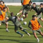 Los jugadores del Betis, durante un ejercicio en la ciudad deportiva (Foto: Manuel Gómez).