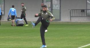 Fekir golpea el balón durante un entrenamiento