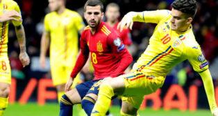 Gayá observa a Hagi en el España-Rumanía jugado en Madrid (Foto: EFE)