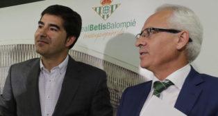 El presidente del Betis, Ángel Haro, junto al director general de la entidad, Federico Martínez Feria, en la sala de prensa del Benito Villamarín (Foto: ABC)