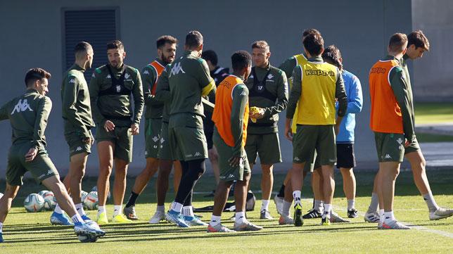 Joaquín y alguno de sus compañeros en el entrenamiento del viernes previo al derbi (Foto: Manuel Gómez/ABC)
